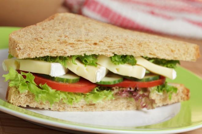 Chleb żytni z sałatą i serem Camembert; morele