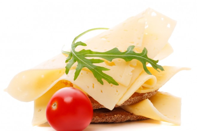 Chleb pełnoziarnisty z serem żółtym i koncentratem, posypany zarodkami