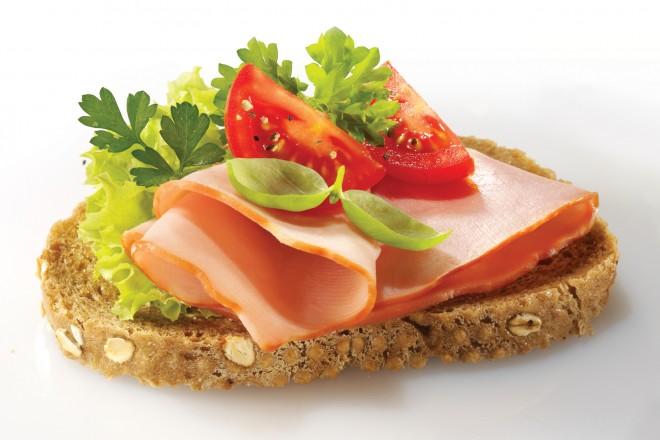 Makaron razowy na mleku, chleb z szynką i pomidorem