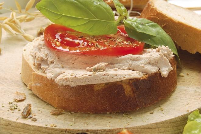 Chleb żytni z sałatą, pasztetem sojowym i kiełkami; śliwki