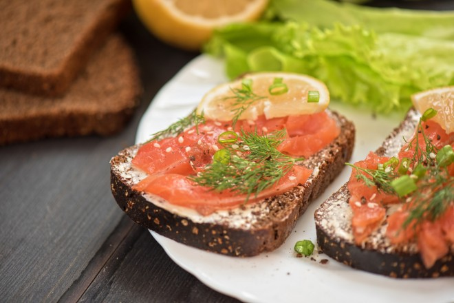 Chleb graham z łososiem i sałatą