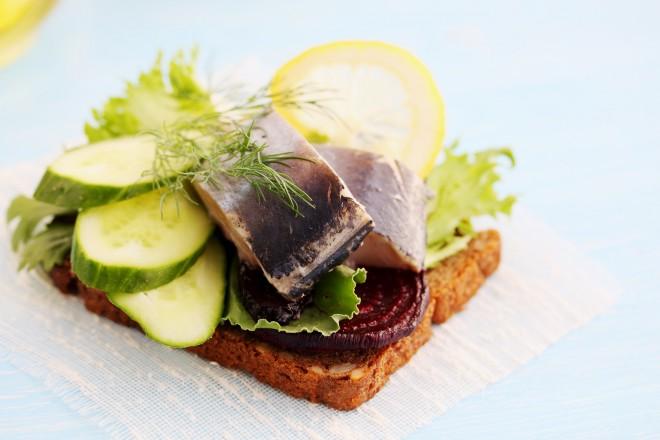Chleb graham z makrelą i ogórkiem