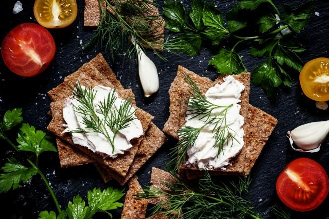Twaróg warzywny z koperkiem i jogurtem, chleb chrupki żytni