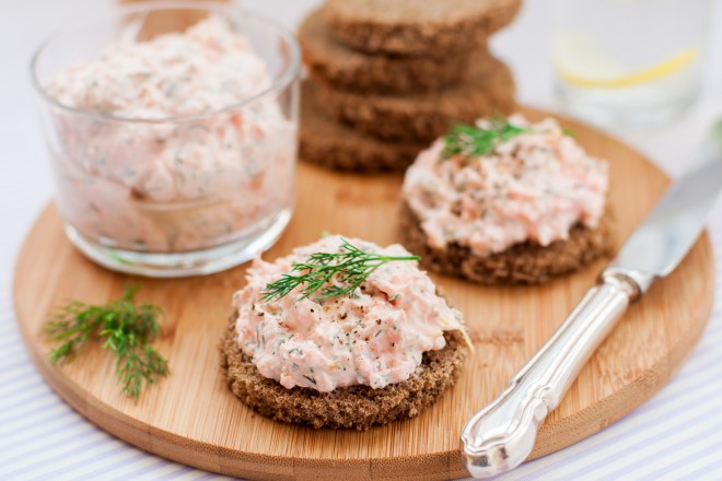 Chleb żytni z sałatą, pasztetem i kiełkami