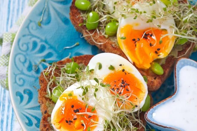 Kanapki z jajkiem i pomidorem