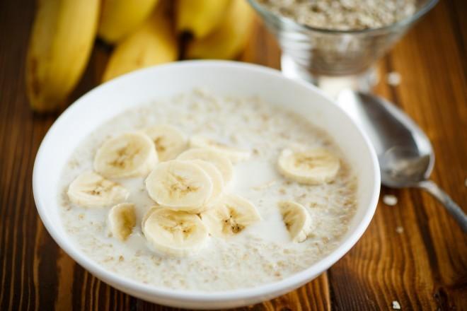 Płatki owsiane na mleku z bananem, chleb z szynką