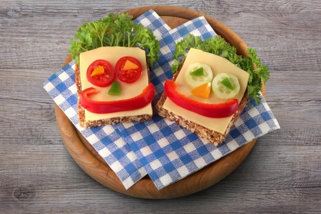 Chleb pełnoziarnisty z serem żółtym i papryką
