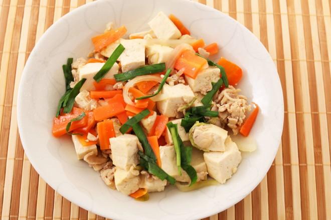 Tofu sojowe z indykiem, surówka z selera