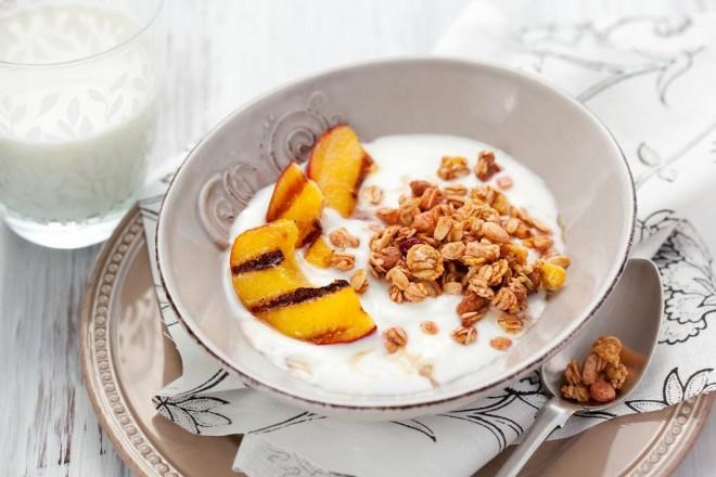 Płatki żytnie z jogurtem i morelami posypane pestkami i zarodkami
